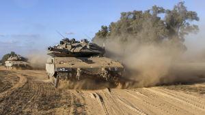Israeliska pansarvagnar på väg in i Gaza.