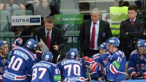 Före flytten till USA jobbade Jussi Parkkila (till höger) i Ryssland. Här i SKA:s bås tillsammans med Jukka Jalonen (till vänster).