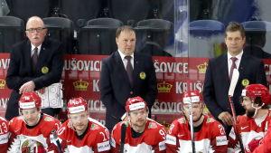 Dave Lewis, Mikhail Zakharov och Sergeij Pusjkov bakom den vitryska bänken.