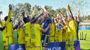 Ilves spelare firar vinsten av Finska cupen.