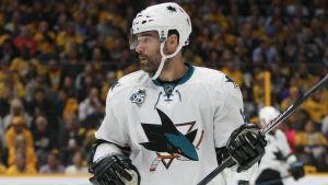 Ishockeyspelare under spelavbrott.