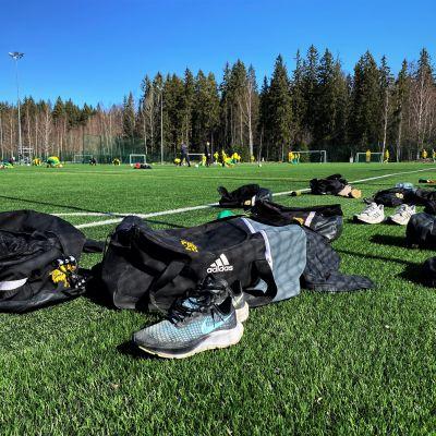 Treenikasseja ja varusteita Ilveksen Ilves C15 (P06) edustuksen harjoituksissa Kaupin urheilupuistossa kentällä 2 huhtikuun 11. päivänä 2021..