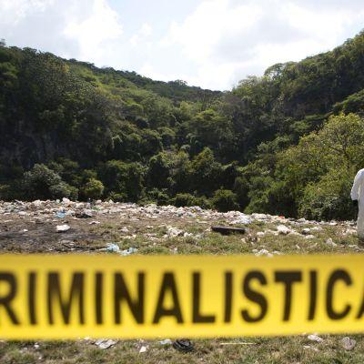 En arkivbild på avspärrningar runt en massgrav i Cocula, Guerrero i oktober 2014.