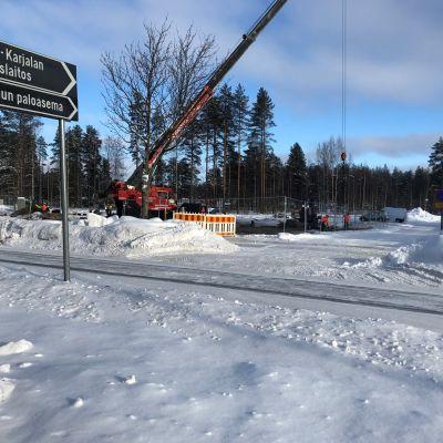 Nosturi on jo rakennustöissä tontilla, jonka naapurissa on Joensuun pääpaloasema.