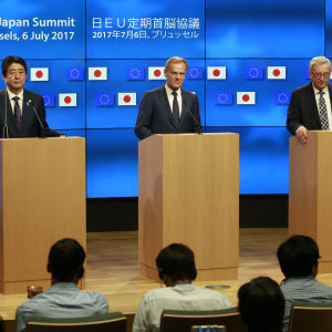 Shinzo Abe, Donald Tusk och Jean-Claude Juncker på en presskonferens i Bryssel efter ett toppmöte.