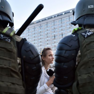 Demonstranter och kravallpolis i Belarus huvudstad Minsk på tisdagen.