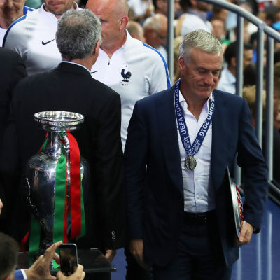 Didier Deschamps och EM-pokalen.