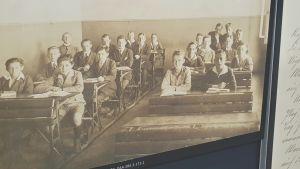 En bild på en skolklass för hundratalet år sedan från det estniska riksarkivet.