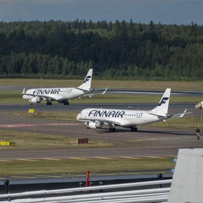 Finnairin lentokoneet platalla.