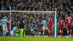 Leroy Sané petar in bollen i mål