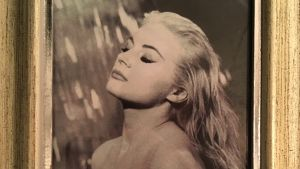 Ett foto på Anita Ekberg i guldram.