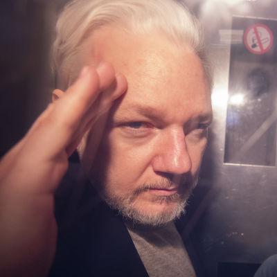 Julian Assange i en bil på väg från domstol till fängelse i London 1.5.2019.