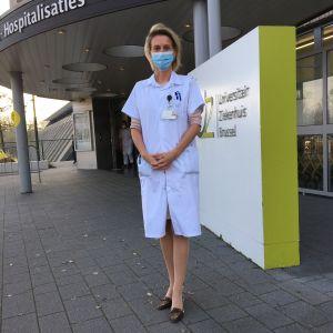 Professor Elisabeth De Waele utanför universitetssjukhuset i Bryssel.