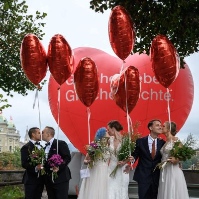 Samkönade par poserade i Bern på söndagen, folkomröstningen till ära.