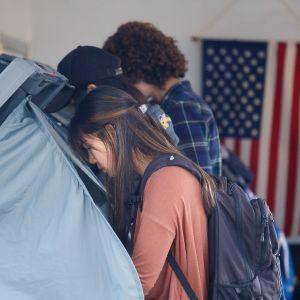 Människor förhandsröstar i en vallokal i Orange County i Kalifornien.