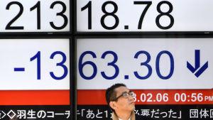 Japansk man utanför börsen i Tokyo.