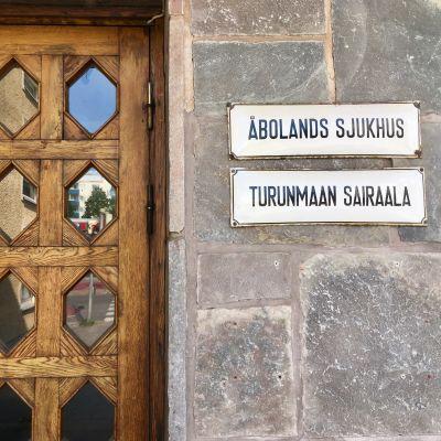 Ytterdörr med skylt vid Åbolands sjukhus