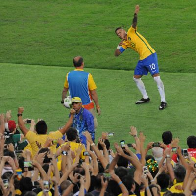 Neymar juhlii maalia