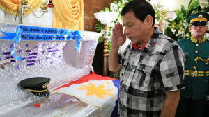 President Rodrigo Duterte hedrar officeren Harold Mark Juan som dödades av en krypskytt i Marawi