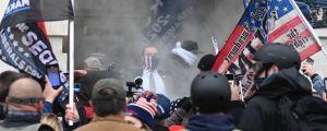 Demonstranter utanför Kapitolium.