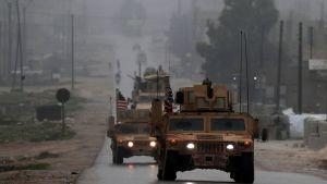 En amerikansk militärkolonn i den syriska staden Manbij