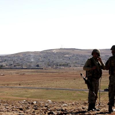 Turkiska soldater vid gränsen mellan Turkiet och Syrien