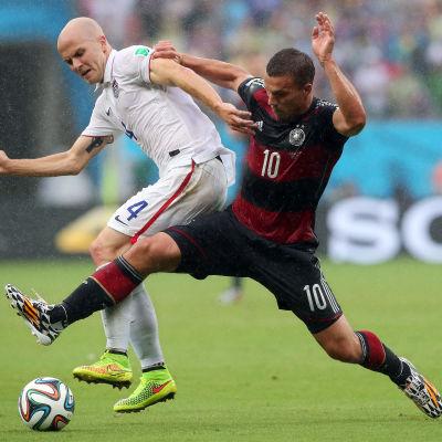 Lukas Podolski kämpar om bollen.