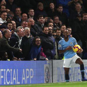 Chelsea-anhängare försöker psyka Raheem Sterling.