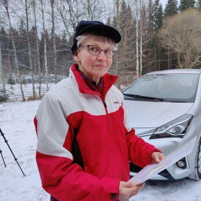 Auton ostaja Kyllikki Viinikainen esittelee uutta, kotiovelle toimitettua autoaan.