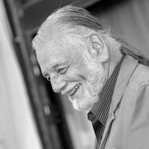 Svartvit bild av filmregissören George A. Romero i profil.