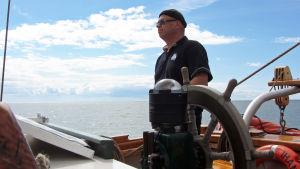 Kapteeni ruorissa ohjaa laivaa