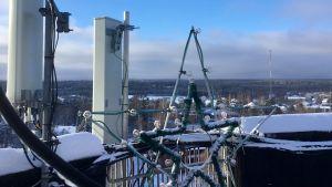 Utsikt över vinterlandskap från vattentorn, julbelysningen är kvar.