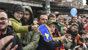 Åskådare vid säkerhetsstyrkornas parad i Pristina i samband med Kosovos tioårsdag.