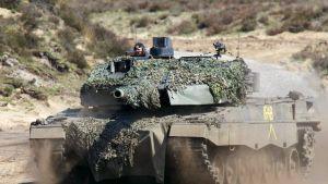 Pansarvagn av typen Leopard II under en militäövning.