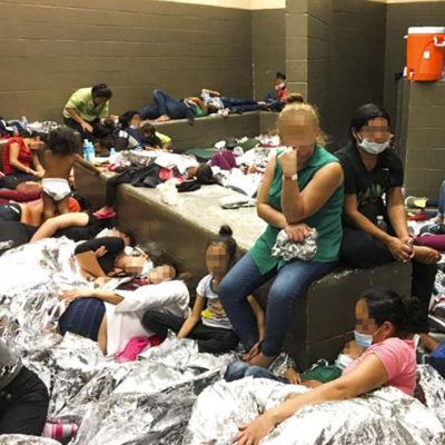 Flyktingkvinnor med blurrade ansikten sitter och ligger på läger i Texas