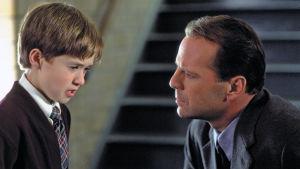 Poika ja mies (Bruce Willis) juttelevat keskenään