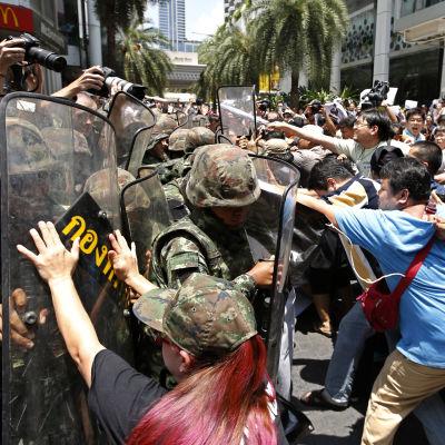 Soldater försöker skingra en demonstration i Bankok.