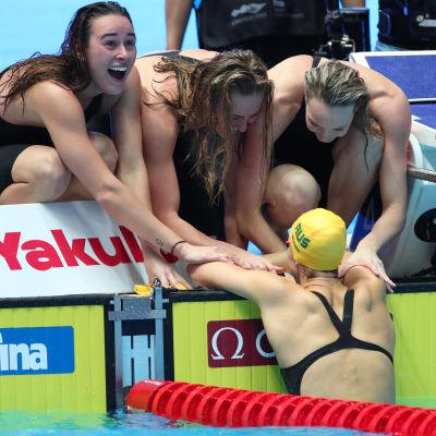 Australiens damer firar att de slått tio år gammalt världsrekord.