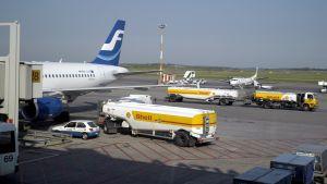 Tankning av flygplan på Helsingfors-Vanda flygplats.