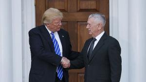 James Mattis och Donald Trump skakar hand.
