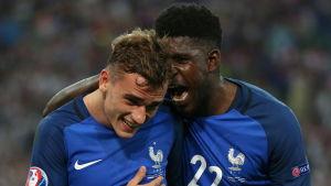 Antoine Griezmann ser glad ut då Samuel Umtiti vrålar honom i örat.