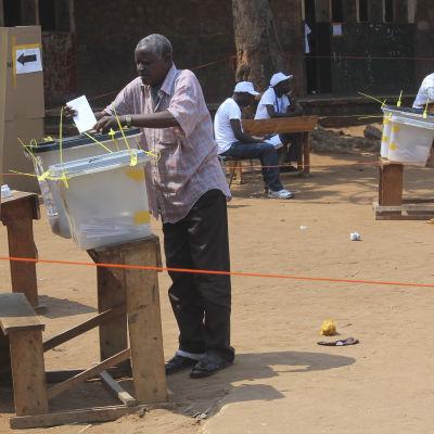 En man i Bujumbura röstar i Burundis parlamentsval den 29 juni 2015.