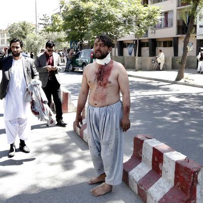 Den kraftiga bilbomben i Kabul krävde minst ett tiotal dödsoffer och över 90 skadade har tagits in på sjukhus