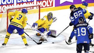 Henrik Lundqvist räddar skott av Oskar Osala, VM 2017.