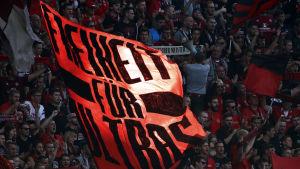 Tyska fotbollsupportrar med stora tifon.