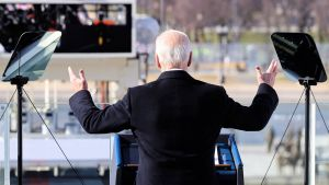 Joe Biden fotad bakifrån när han håller sitt tal under presidentinstallationen. Han håller upp båda händerna.