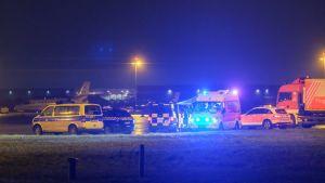 Bil körde ut på flygfältet.