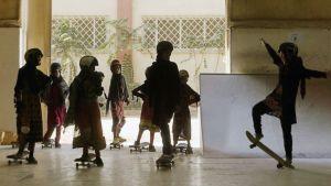 Flickor i Kabul kan numera öva skateboard i en skolan Skateistan som har bildats med hjälp av utländsk finansiering.