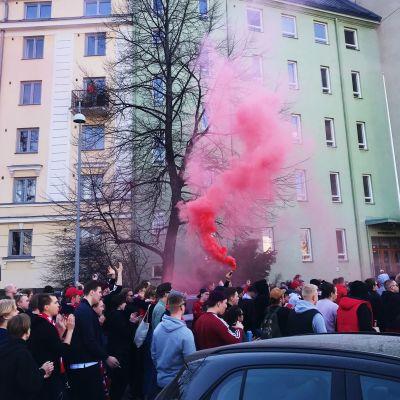 HIFK anhängare marscherar till match.