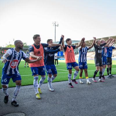 HJK firar seger med fansen.